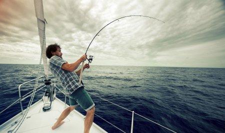 В путешествие на яхте: без атрибутов для рыбалки не обойтись